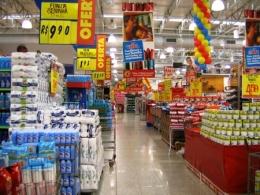 Supermercados cortam hora extra e adicionais de funcionários